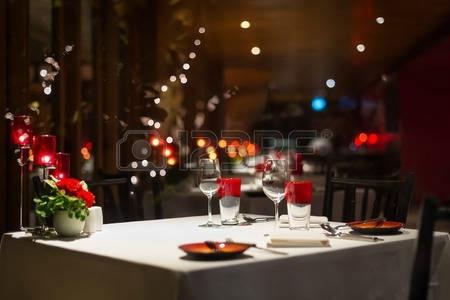 47294117-configuration-de-diner-romantique-decoration-rouge-aux-chandelles-dans-un-restaurant